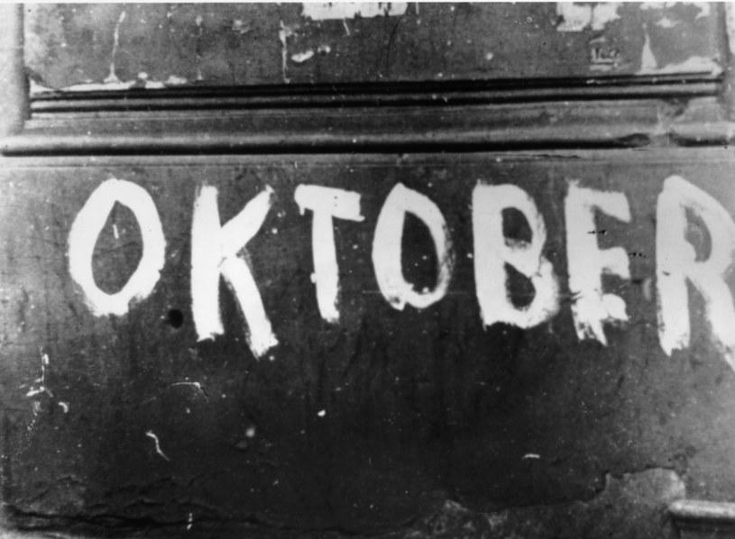 Październik 1943 roku w Warszawie: Napis Oktober z okazji 25. rocznicy opuszczenia przez Niemców Warszawy w 1918 roku /Getty Images