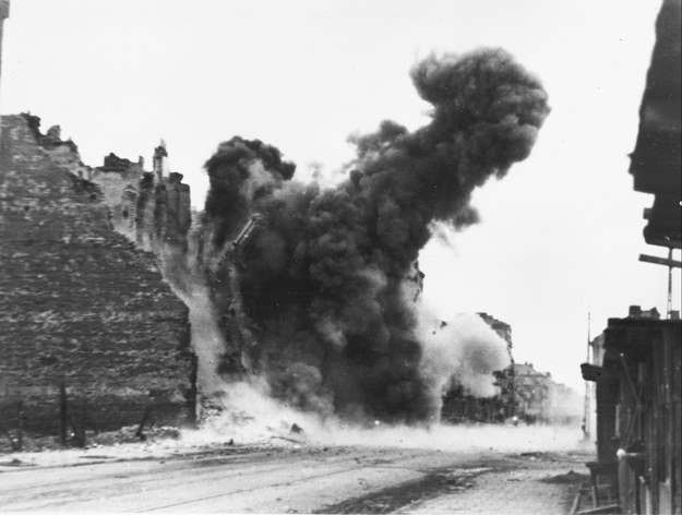 Październik 1944 roku. Po wypędzeniu z Warszawy wszystkich mieszkańców Niemcy przystąpili do systematycznego niszczenia miasta. /CAF /PAP