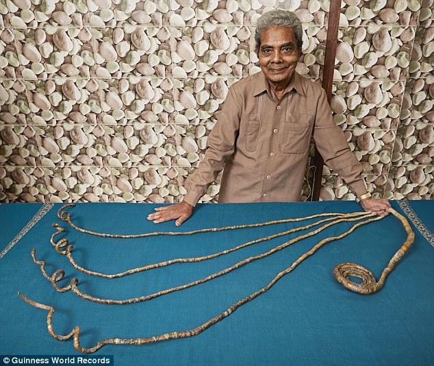 Paznokcie 78-letniego mężczyzny ledwo mieszczą się na stole /Księga Rekordów Guinessa /materiały prasowe