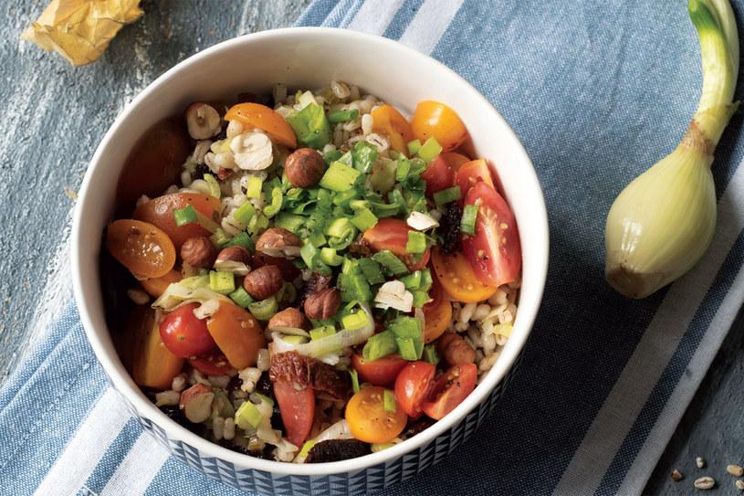 Pęczak z pomidorkami i zieleniną /materiały prasowe