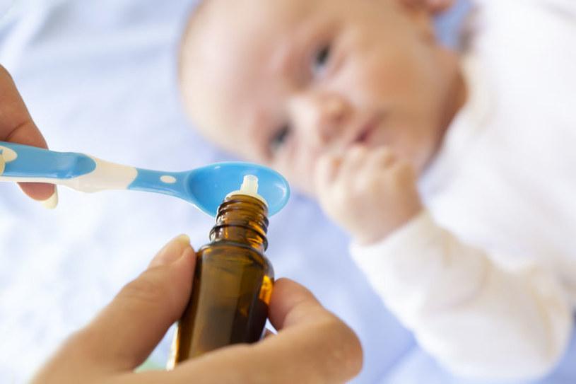 Pediatrzy zalecają podawanie witaminy D już od urodzenia lub 2. tygodnia życia /123RF/PICSEL