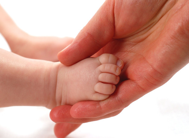 Pedikiur u niemowląt najlepiej zaplanować tuż po wieczornej kąpieli /123RF/PICSEL