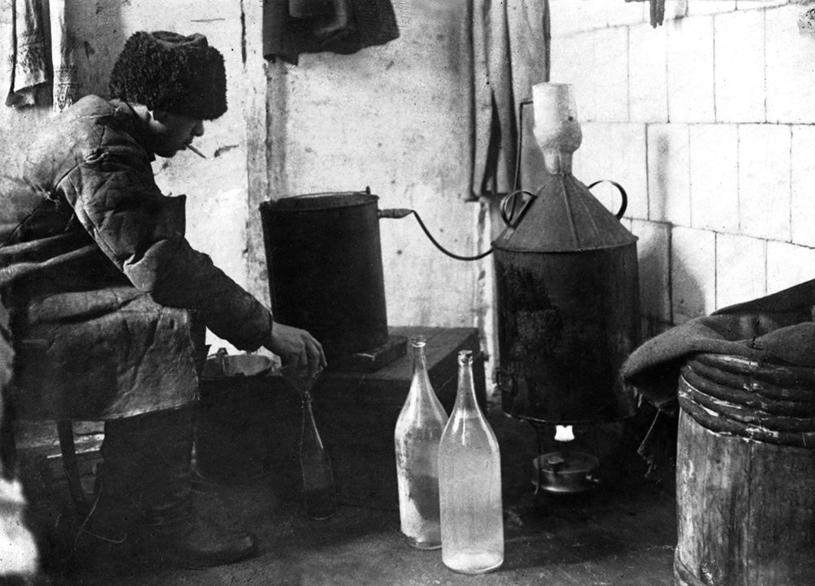 Pędzenie bimbru w ZSRR na początku lat 20. Rosjanie czekali 11 lat na zniesienie prohibicji /domena publiczna