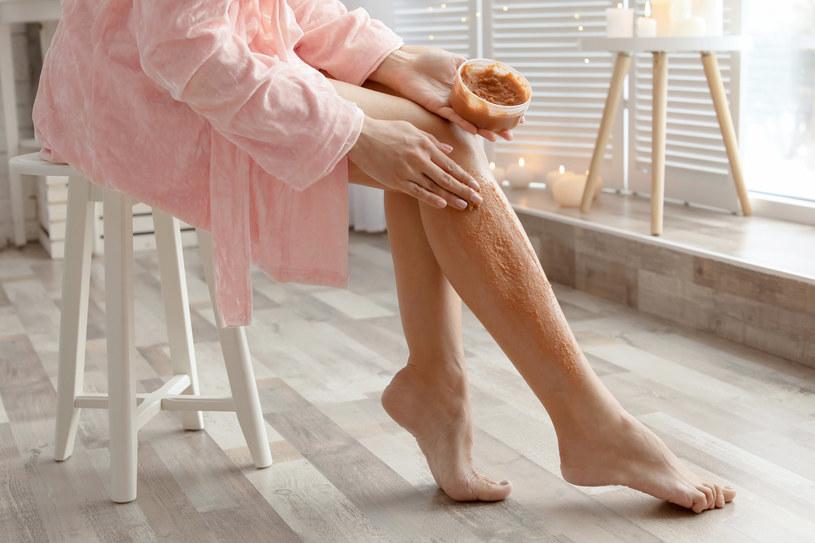 Peeling całego ciała powinien być pierwszym krokiem w pielęgnacji po powrocie z urlopu /123RF/PICSEL