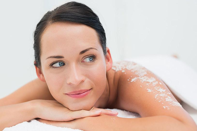 Peeling dokładnie oczyszcza skórę i pobudza krążenie. Dzięki temu cera jest dotleniona, a substancje odżywcze lepiej wykorzystane /123RF/PICSEL