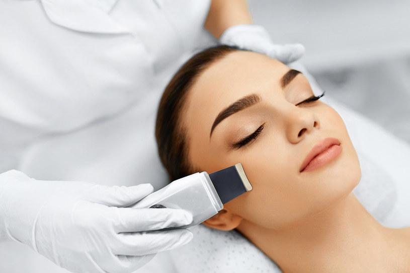 Peeling kawitacyjny to metoda skutecznego oczyszczania twarzy. Wykorzystywane jest przy tym zjawisko kawitacji /123RF/PICSEL