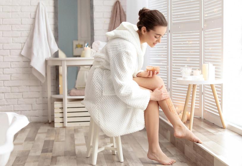Peeling skóry w domowym zaciszu powinien być wykonywany maksymalnie dwa razy w tygodniu /123RF/PICSEL