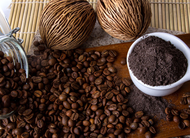 Peeling z dodatkiem kawy ujędrni skórę /123RF/PICSEL