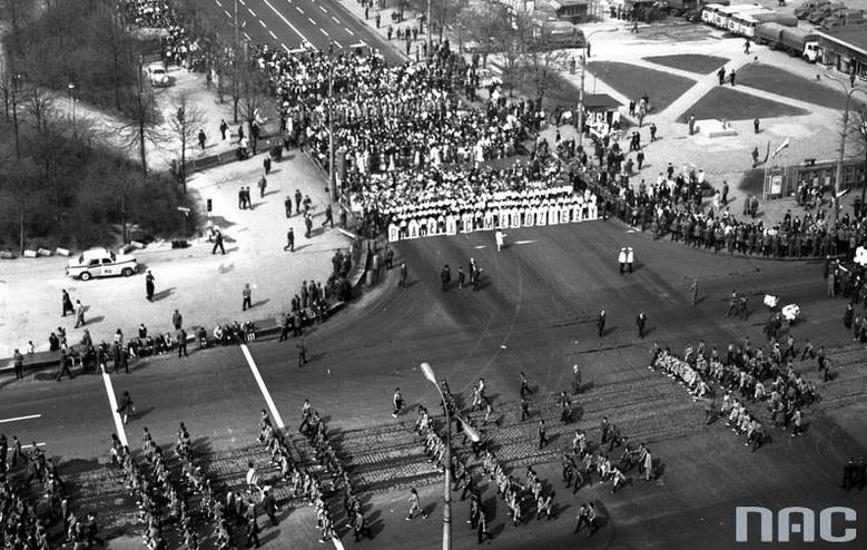 Peerelowski pochód pierwszomajowy na skrzyżowaniu ulic Marszałkowskiej i Świętokrzyskiej /Z archiwum Narodowego Archiwum Cyfrowego