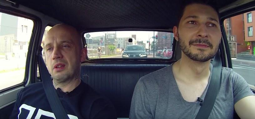 Peja i Filip Nowobilski rozmawiali w trakcie podróży maluchem po Krakowie /YouTube