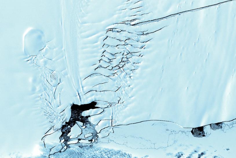 Pękający lodowiec Pine Island, zdjęcie satelitarne z 2001 roku /AFP