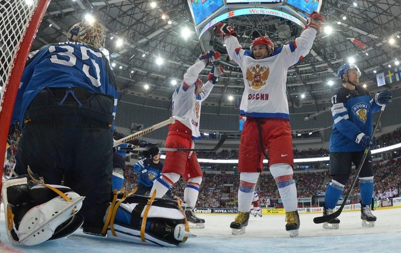 Pekka Rinne w bramce Finów dokonywał cudów, ale po fałszywym gwizdku sędziego puszczał gole. /AFP