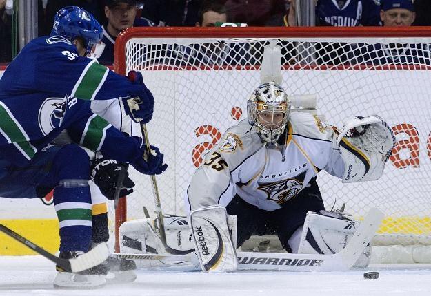 Pekka Rinne z Nashville Predators broni strzał Henrika Sedina z Vancouver Canucks /AFP