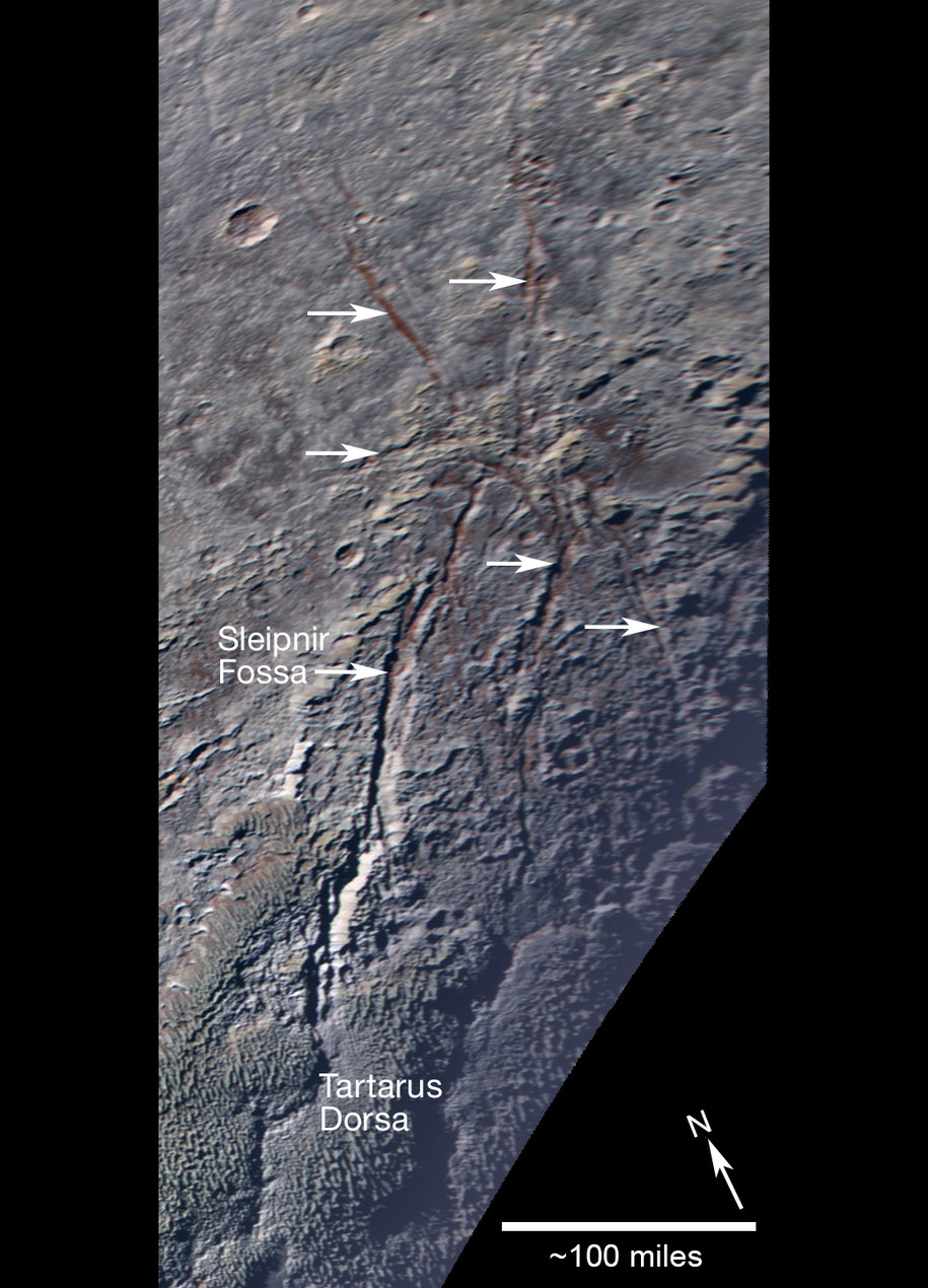 Pęknięcia odsłaniają czerwona warstwę pod powierzchnią /NASA/JHUAPL/SWRI /materiały prasowe
