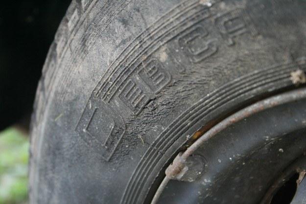 Pęknięcia starzeniowe - najczęściej dochodzi do nich w pojazdach użytkowanych sporadycznie /INTERIA.PL