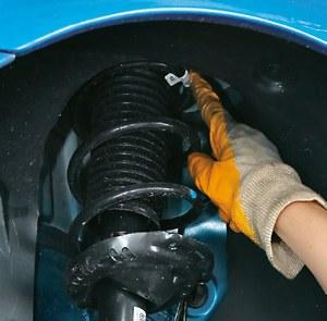 Pęknięta przednia sprężyna czasem wysuwa się z kielicha. Wtedy może wbić się w oponę. /Motor