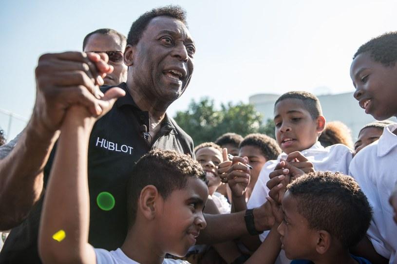 Pele wśród dzieci, które marzą, aby pójść w jego ślady. /AFP