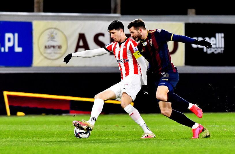 Pelle van Amersfoort (przy piłce) to najlepszy piłkarz Cracovii w tym sezonie /Marcin Bielecki /PAP