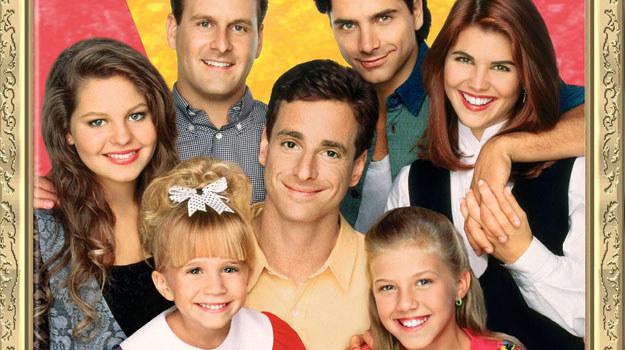 """""""Pełna chata"""" święciła triumfy w latach 1989-1995. Serial niezmiennie cieszył się popularnością i plasował się w czołówce najchętniej oglądanych produkcji w USA. Został zakończony po 8. sezonie ze względu na wysokie koszty realizacji /materiały prasowe"""