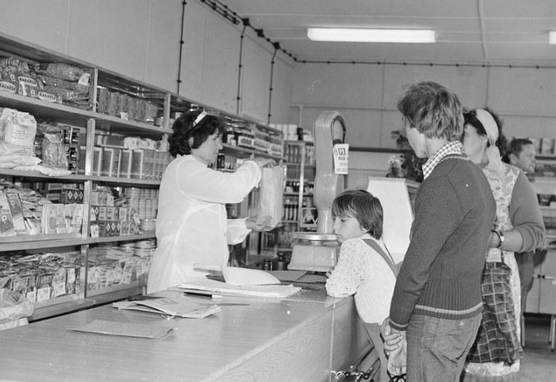 Pełne półki sklepowe. Unikalny widok w czasach ludowej Polski /Z archiwum Narodowego Archiwum Cyfrowego