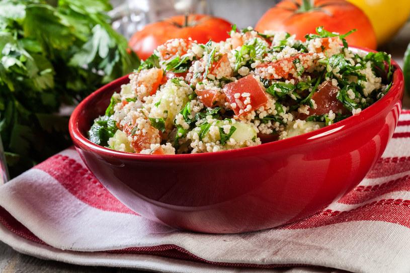 Pełnowartościowe, proste i smaczne danie, które idealnie sprawdzi się podczas upałów /123RF/PICSEL