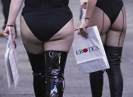 """Pełnych kształtów kobiety promują wystawę """"Erotica"""", Londyn 2005 r. /Getty Images/Flash Press Media"""