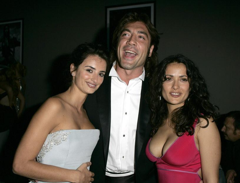 """Penelope Cruz, Javier Bardem i Salma Hayek przyjaźnią się od lat. Na zdjęciu: cała trójka na gali """"Cinema Against AIDS"""" w 2005 roku /Jeff Vespa/WireImage /Getty Images"""