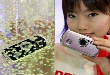 """Pentax i jego wodoodporny aparat. """"Udziwnianie"""" sprzedawanych cyfrówek to także element marketingu /AFP"""