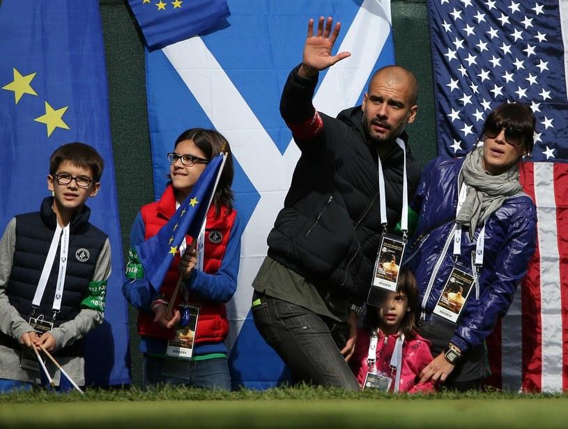 Pep Guardiola (na zdjęciu z rodziną) na razie odpoczywa od futbolu /AFP
