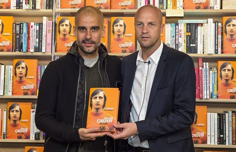 Pep Guardiola (z lewej) i Jordi Cruyff na oficjalnej premierze autobiografii Johana Cruyffa /PAP/EPA