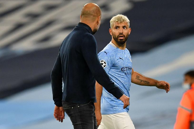 Pep Guardiola (z lewej, odwrócony plecami) w rozmowie z Sergio Aguero /PAUL ELLIS/AFP/East News /East News