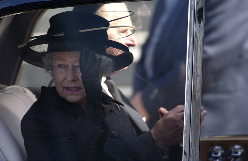 Perłowe kolczyki i rękawiczki to stałe elementy królewskiego stroju. Obserwatorzy liczą na to, że Elżbieta II włoży biżuterię, którą otrzymała w prezencie od księcia Filipa /Getty Images