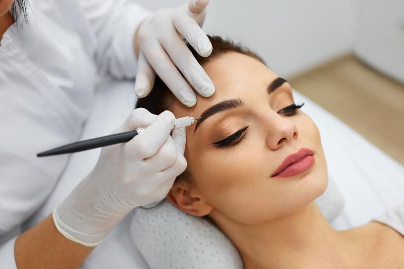 Permanentny makijaż brwi wykonuje się na dwa sposoby /123RF/PICSEL