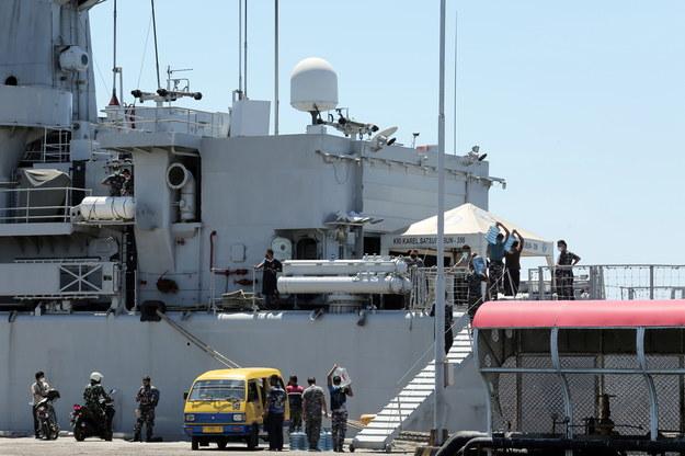 Personel indonezyjskiej marynarki wojennej ładuje zapasy na okręt KRI Karel Satsuitubun podczas przygotowań do udziału w misji poszukiwawczej okrętu podwodnego KRI Nanggala /ASLAM IQBAL /PAP/EPA