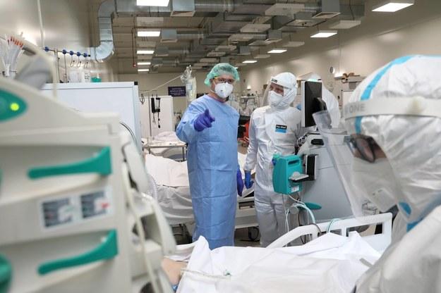 Personel medyczny na oddziale intensywnej terapii OIT w szpitalu modułowym dla chorych na Covid-19, na terenie Wojskowego Instytutu Medycznego w Warszawie / Leszek Szymański    /PAP