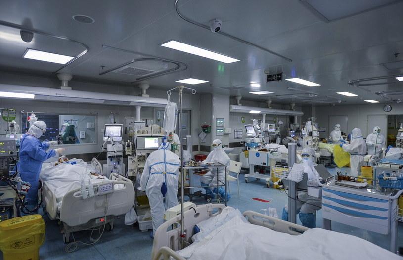 Personel medyczny na oddziale intensywnej terapii w Wuhanie /Feature China/Barcroft Media  /Getty Images