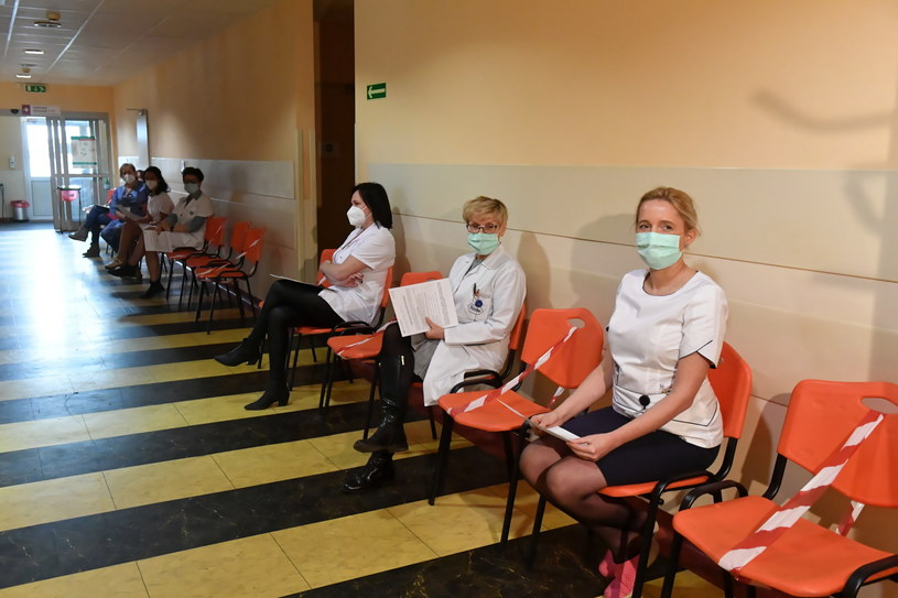 Personel medyczny oczekujący na szczepienie w Łodzi /Grzegorz Michałowski   /PAP