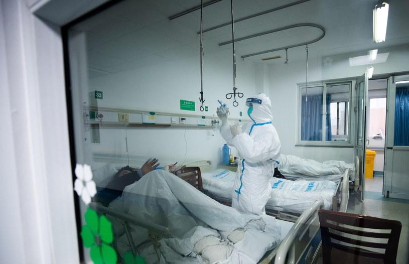 Personel medyczny opiekuje się chorym w szpitalu w Wuhan /PAP/EPA
