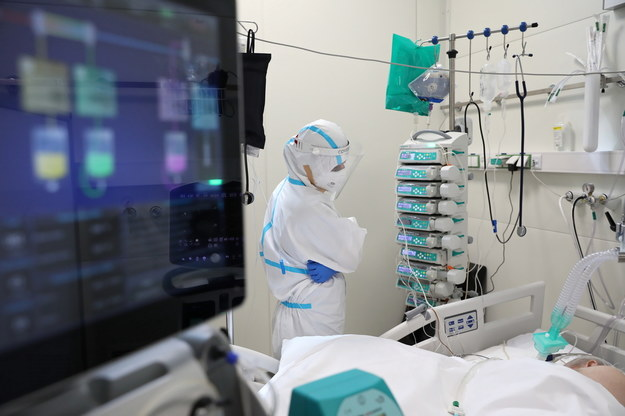 Personel medyczny oraz pacjenci z koronawirusem na oddziale intensywnej terapii OIT Szpitala Modułowego Wojskowego Instytutu Medycznego w Warszawie / Leszek Szymański    /PAP