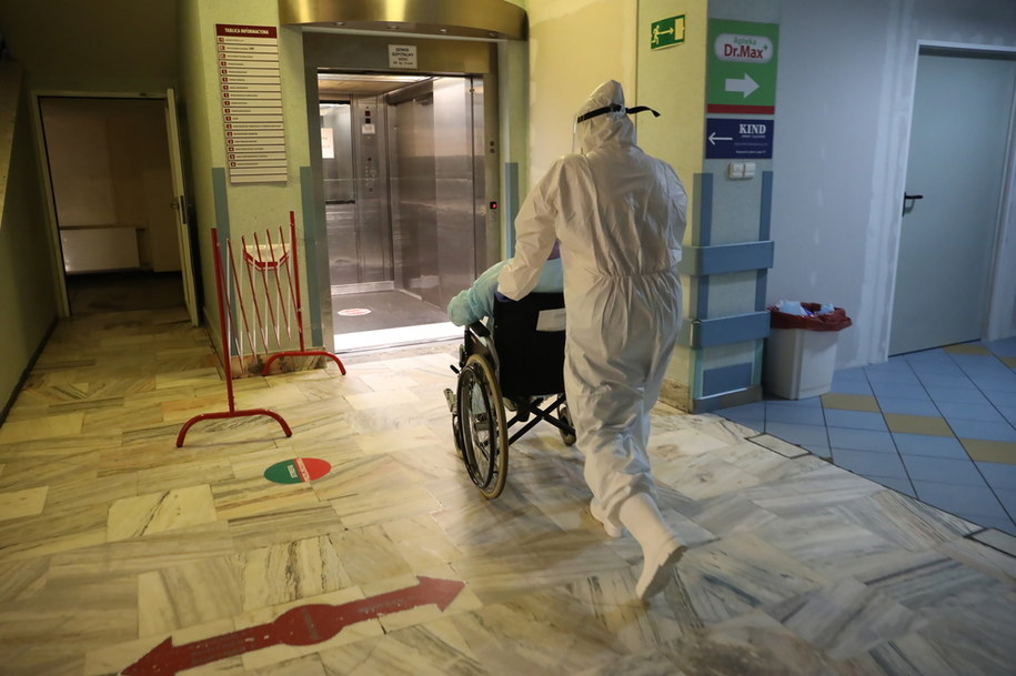 Personel podczas pracy na Oddziale Chorób Wewnętrznych i Hepatologii Szpitala MSWiA w Warszawie /Leszek Szymański