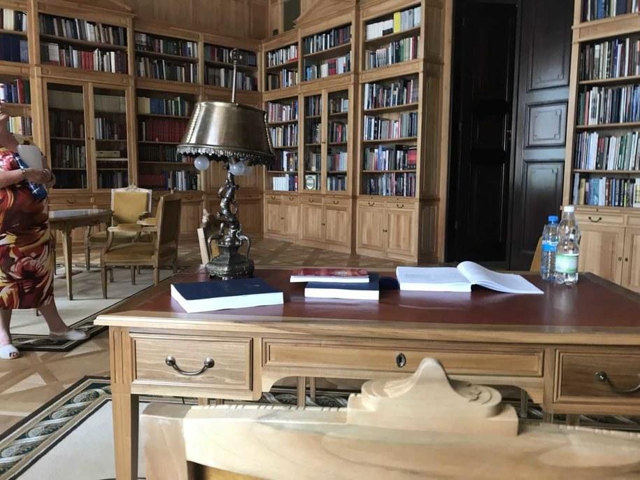 Perspektywa biurka głowy państwa w bibliotece w Pałacu Prezydenckim. /Michał Dobrołowicz /RMF FM