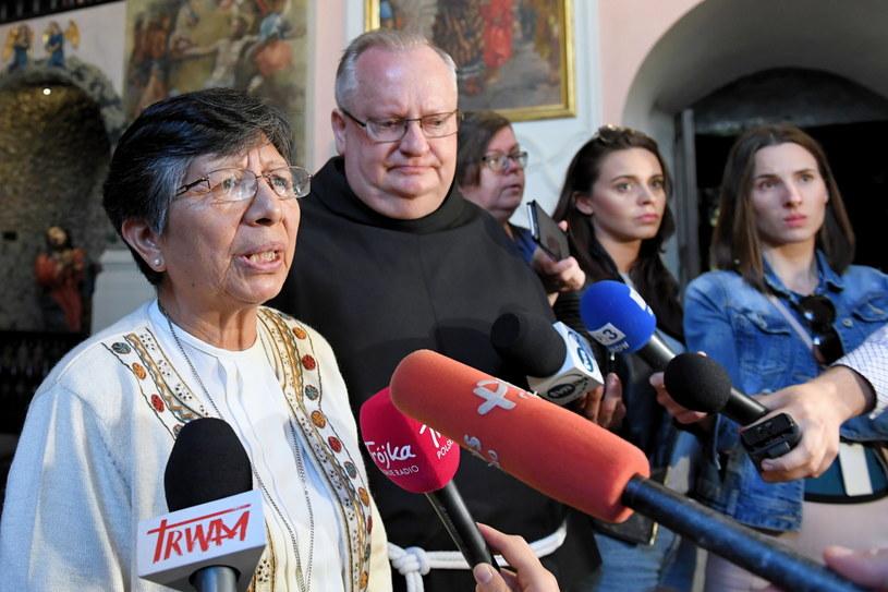 Peruwiańska zakonnica s. Berta Hernandez i o. Ryszard Jarmuż podczas spotkania w Bazylice Franciszkanów w Krakowie /PAP