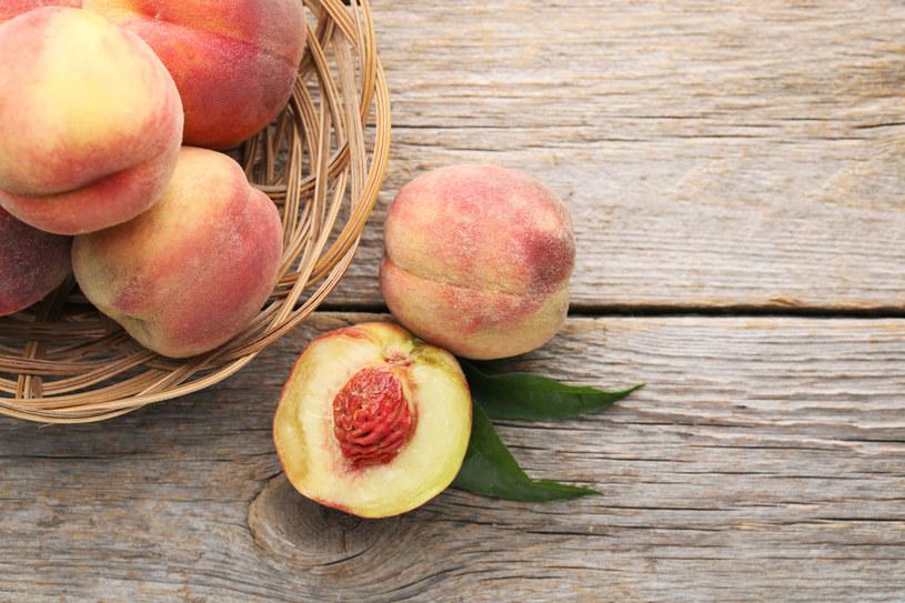 Pestki brzoskwini zawierają amigdalinę - stąd ich gorzki smak /123RF/PICSEL