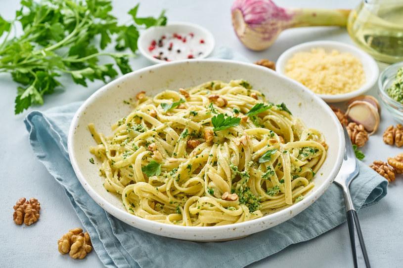 Pesto jest wyśmienitym dodatkiem do makaronu /123RF/PICSEL