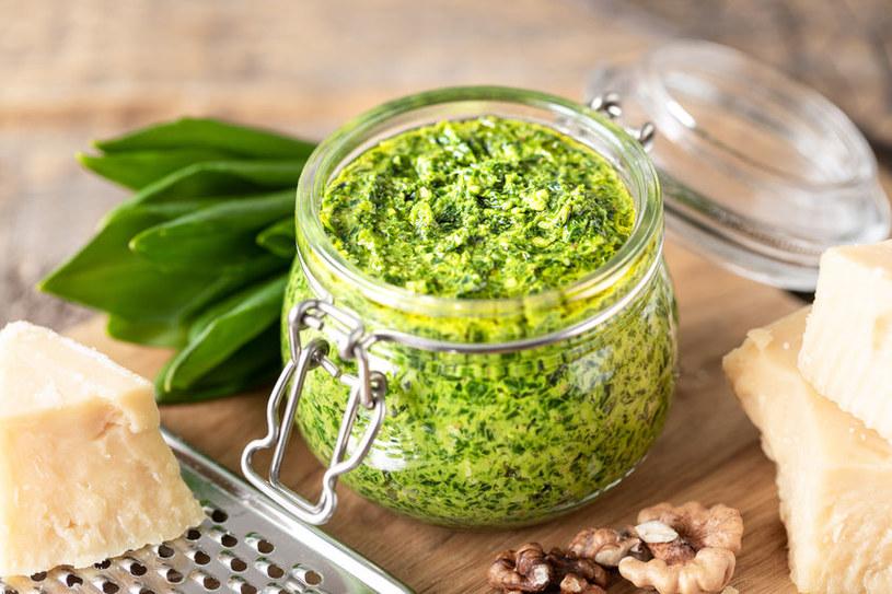 Pesto serwujemy z ulubionym makaronem i pomidorkami /123RF/PICSEL