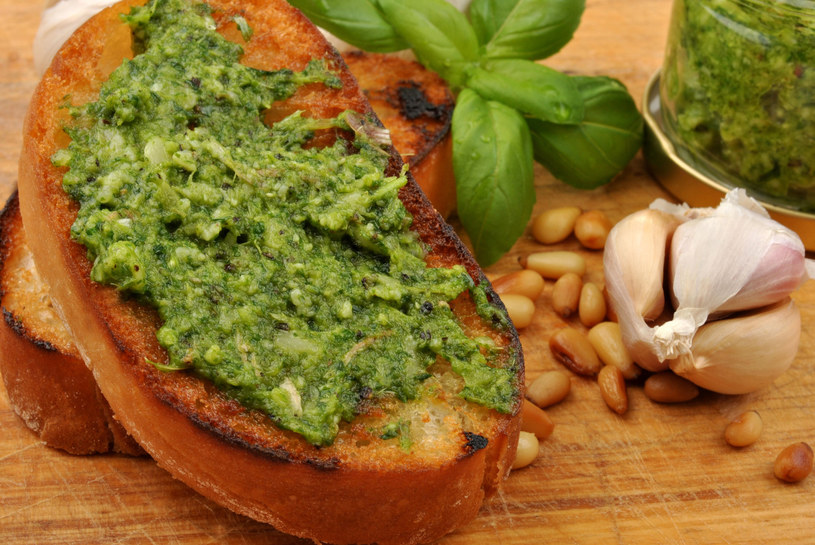 Pesto świetnie sprawdzi się jako dodatek do przekąsek /123RF/PICSEL