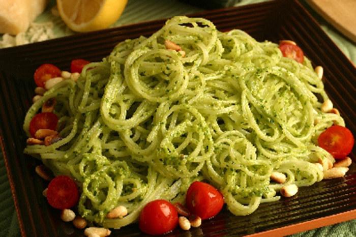 Pesto z orzeszkami piniowymi /© Photogenica