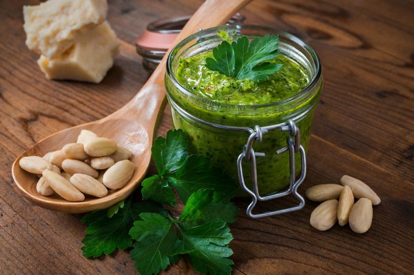 Pesto z pietruszki będzie też doskonałym dodatkiem do makaronu /123RF/PICSEL