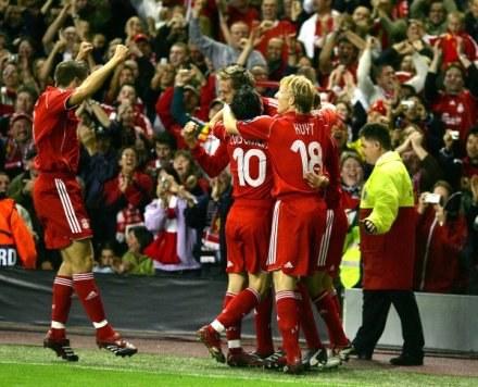 Peter Crouch i jego partnerzy celebrują gola w meczu z Galatasaray /AFP