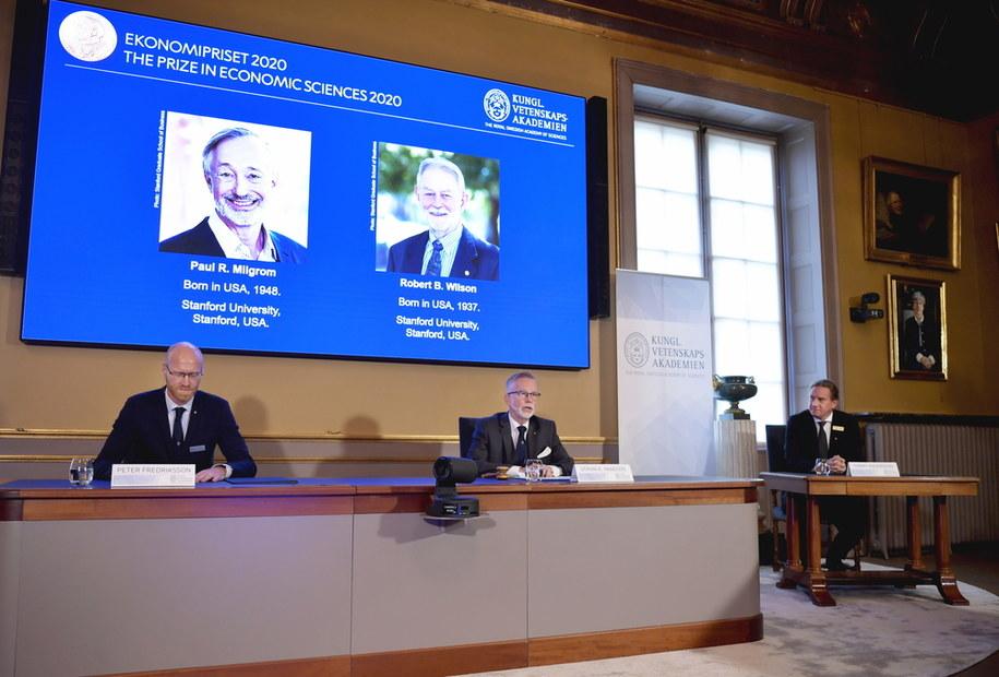 Peter Fredriksson informuje kim są tegoroczni laureaci Nobla z ekonomii /ANDERS WIKLUND /PAP/EPA